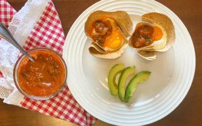 Canastas de tortilla con huevo al horno Y salsa ranchera saludable