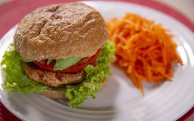 Hamburguesa de pollo y aguacate saludable
