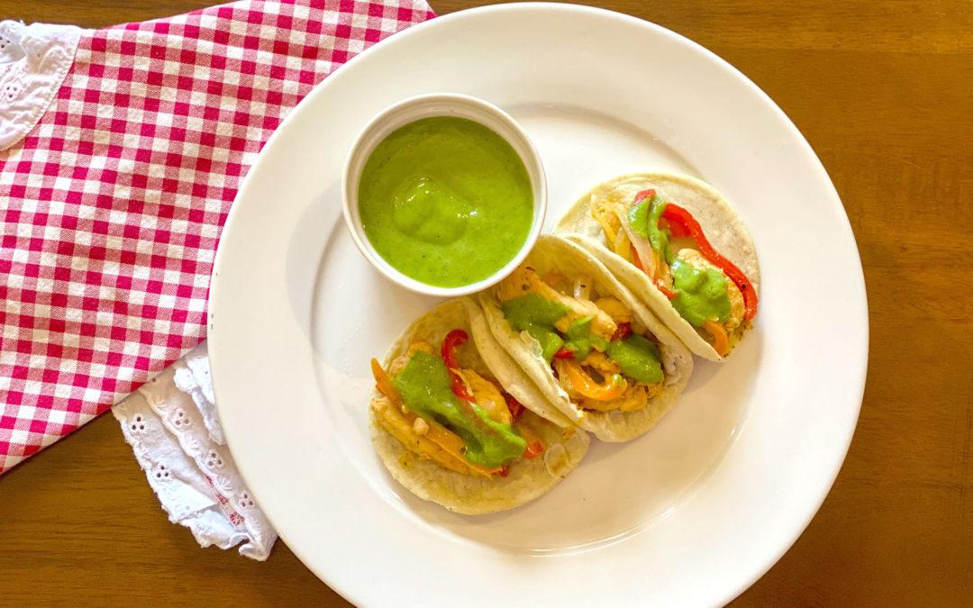 Tacos de fajitas de pollo con salsa de aguacate
