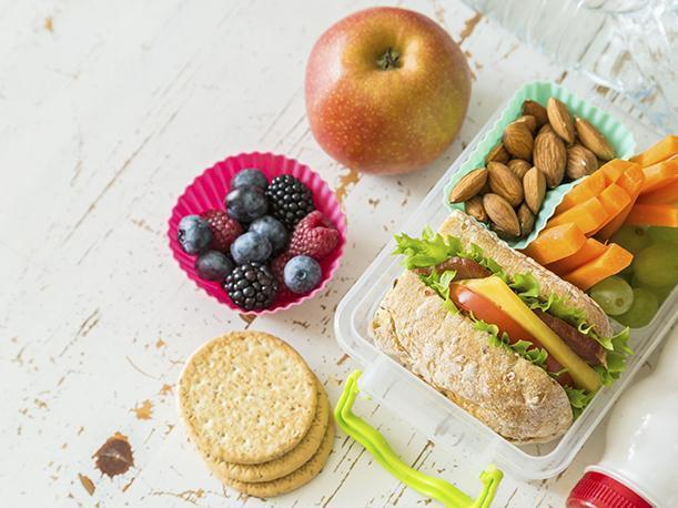 Aprende a preparar refacciones saludables ahora que los niños estudian en casa.