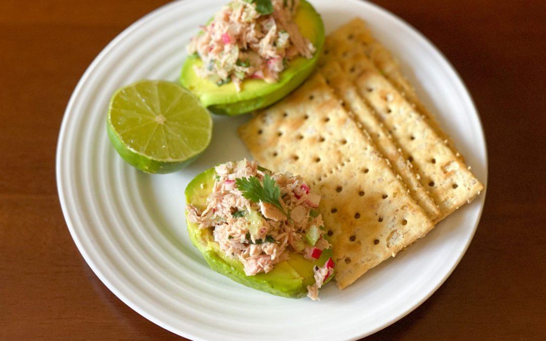 Aguacate relleno de ensalada de atún